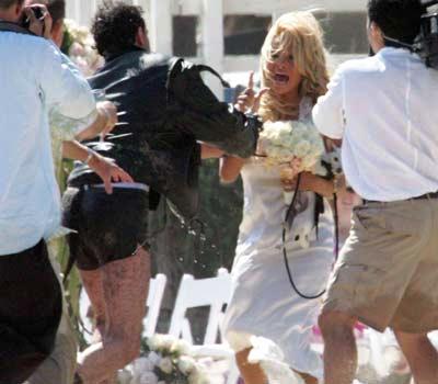 מי תקף את פמלה אנדרסון בחתונה של הכלבים שלה?