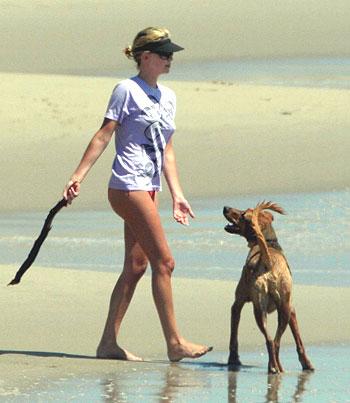 רוצים להתחלף עם הכלב של שארליז ת'ארון?