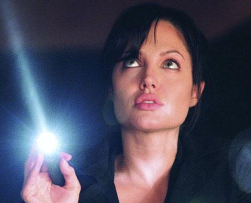 אחרי השדיים: אנג'לינה ג'ולי תסיר גם את השחלות?