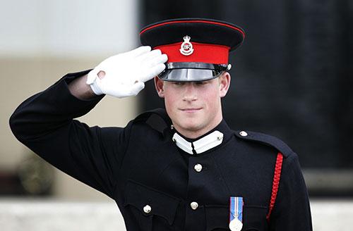 הנסיך הארי מציל חייל מתקיפה הומופובית