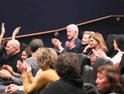 חיים ב-Seret: ביל והילרי קלינטון הגיעו להקרנת ימים נוראים