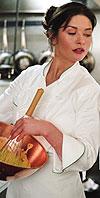 קתרין זיטה ג'ונס חוזרת למטבח