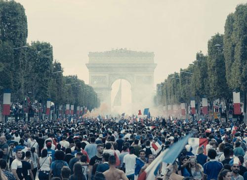 בצרפת יש בעיות חברתיות רציניות: ראיון עם במאי עלובי החיים